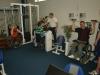 Atleti při kondičním cvičení v bezbariérové hale