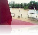 Pohled na rozvodněnou řeku Vltavu